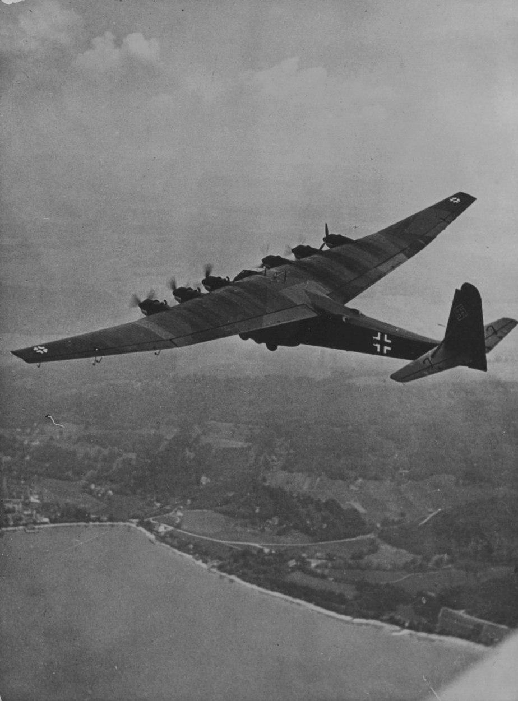Немецкий тяжелый транспортный самолет Messerschmitt Me.323 «Gigant» в полёте