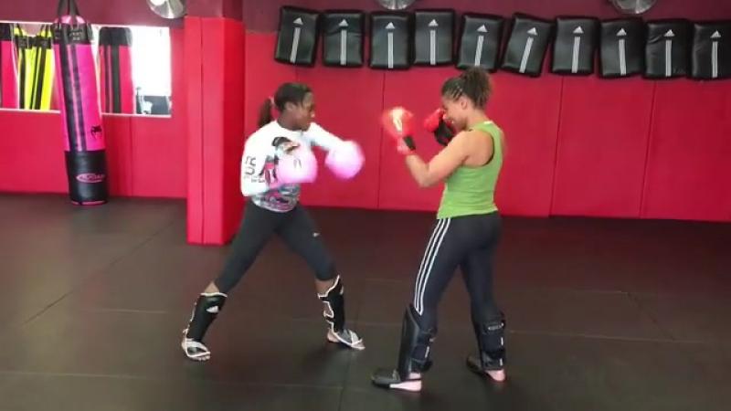 Кларисс Агбеньену боксирует