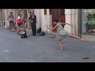 Балерина из Палестины и уличный музыкант в Италии