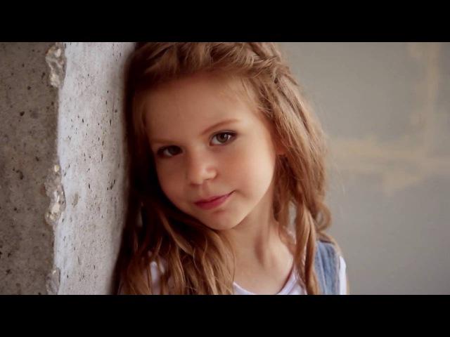 Позирование детей для видеосессии лукбук съемка в стиле кэжуал