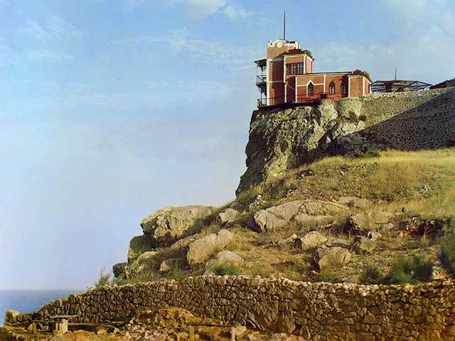 Замок на скале «Ласточкино гнездо» (Крым)