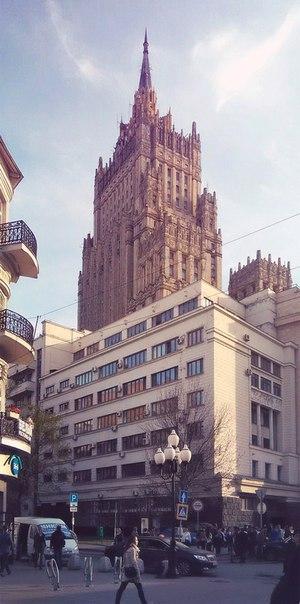 А вот ещё одна Нью-Йоркская... простите, Сталинская школа. Это дальний край Старого Арбата, по нему нас ведёт Ванька Твердов.  Интересно, что конструкция этого выхода полностью повторяет Нижегородскую. Здесь так же слева стоит примерно такой же высоты здание.