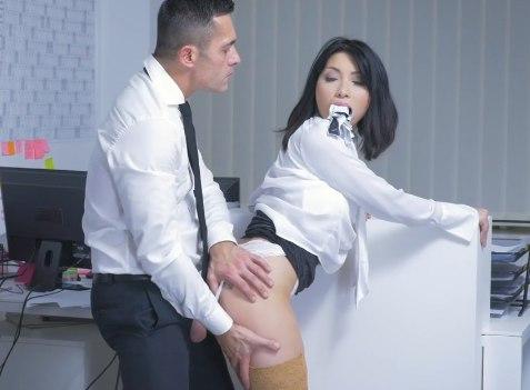 Секретарша сильно провинилась перед шефом