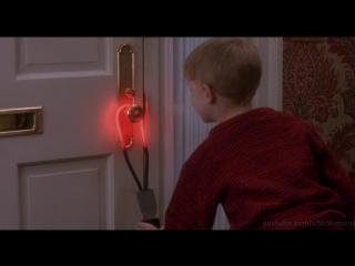 Кевин устраивает многочисленные ловушки для грабителей. Один дома 1990.