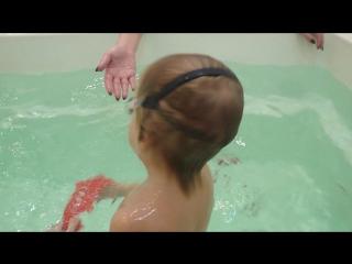 Проценко Юра (2 года) собирает самостоятельно со дна дельфинов!!! Инструктор Алена.