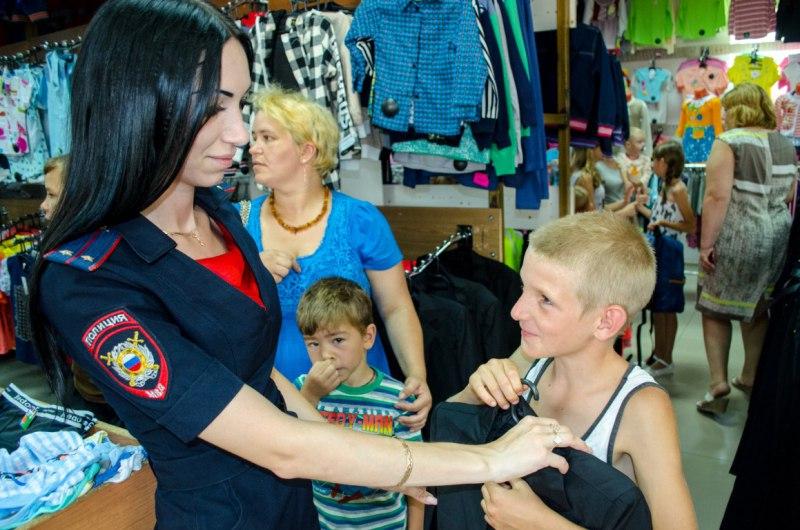В станице Зеленчукской полицейские провели благотворительную акцию «Поможем собраться в школу»
