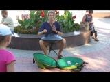 Коктебель. 22.07.15.Выступление уличного музыканта на необычном инструменте.