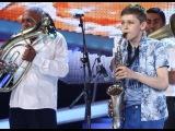 Matteo Mihali cântă la saxofon alături de fanfara 10 Prăjini, în Finala de Popularitate Next Star