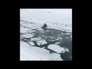 Безрассудный водитель утопил снегоход во время штурма речки в Приморье.