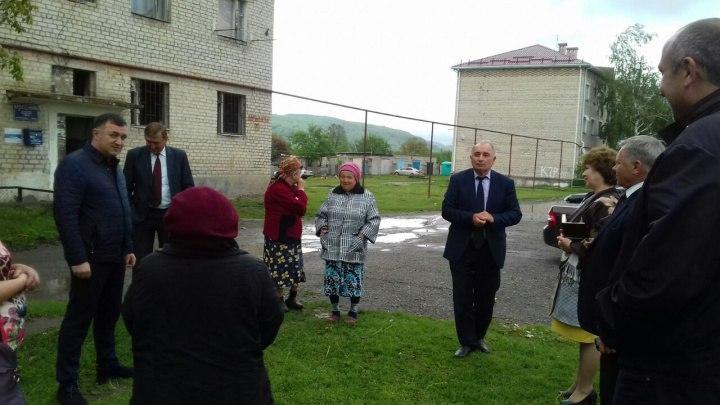 Министр строительства и ЖКХ КЧР встретился с жителями ул. Карбышева ст. Зеленчукской