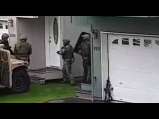 Начало неудавшегося штурма дома спецназом ФБР на Аляске /OP FBI Alaska SWAT team failed breach Vol.1