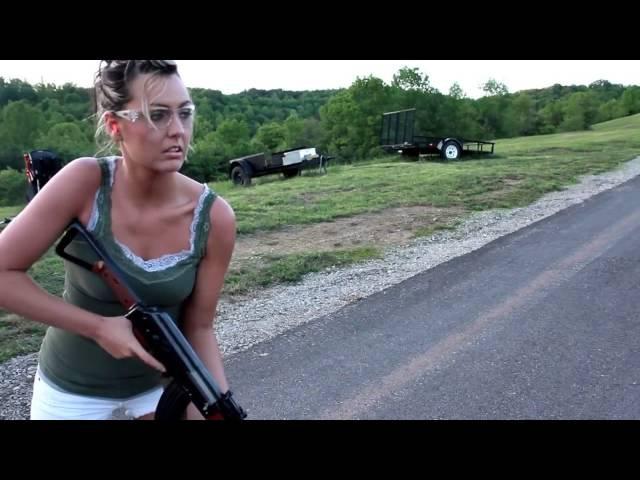 Красивая девушка стреляет из Автомата Калашникова