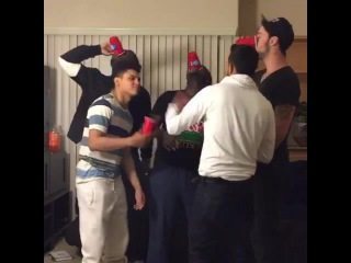 Когда девушка заходит на вечеринку, полную парней