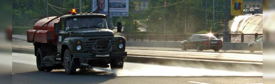 Зачем поливать дороги в жару: власти дали ответ