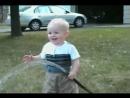 Малыш пытается попить водички из шланга Слеза Юмора