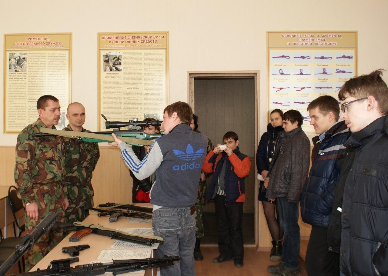 В Таганроге сотрудники ОМОНа провели Урок мужества для детей с ограниченными возможностями