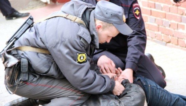 В Таганроге сотрудники вневедомственной охраны задержали подозреваемого в совершении кражи из магазина