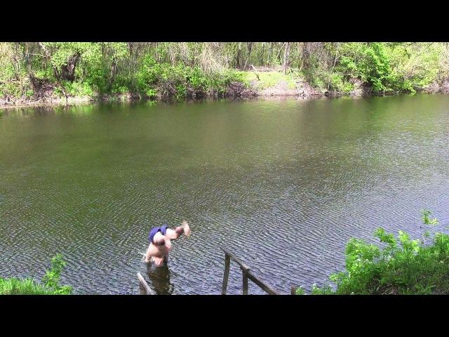Открыл сезон купания в деревне Самойловка Саратовской области (04.05.16)