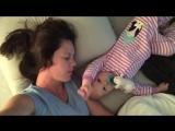 Смешное видео. Малыш упорно пытается разбудить маму. А она не в силах проснуться