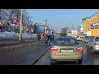 Мне кажется, этой весной снег сойдет с абсолютно всем асфальтом... В Днепре грязь и ямы... был вчера в Харькове - там еще больше грязи и ям, даже трассу между Днепром и Харьковом умудрились испортить, то и дело встречаются какие-то прогрызенные куски дороги без асфальта и с ямами, которые приходится объезжать по полю. <br>Как сказал гаишник на посту в Краснограде, в ответ на мой вопрос о качестве второй половины пути: