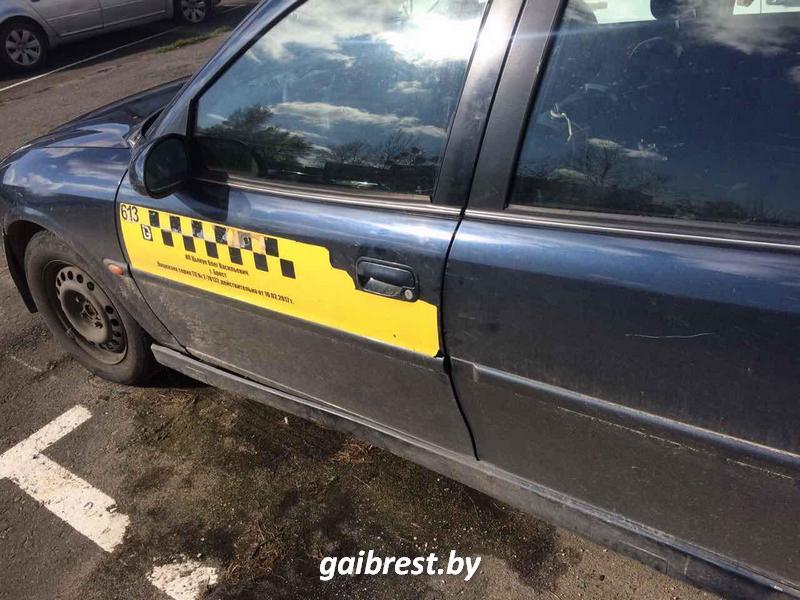 """Клиентка не смогла заплатить за проезд, выбросила в окно """"мобилу"""", угнала такси и попала в ДТП"""