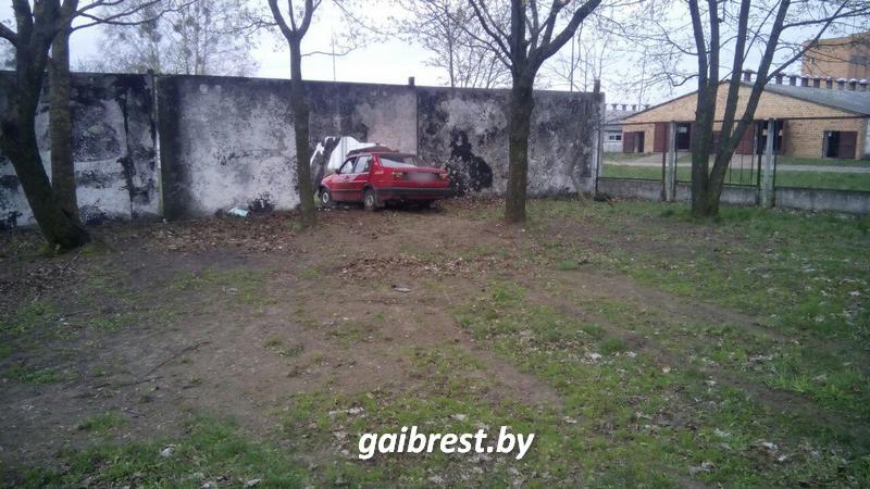 В а.г. Мир из-за резкого ухудшения самочувствия водитель врезался в бетонный забор