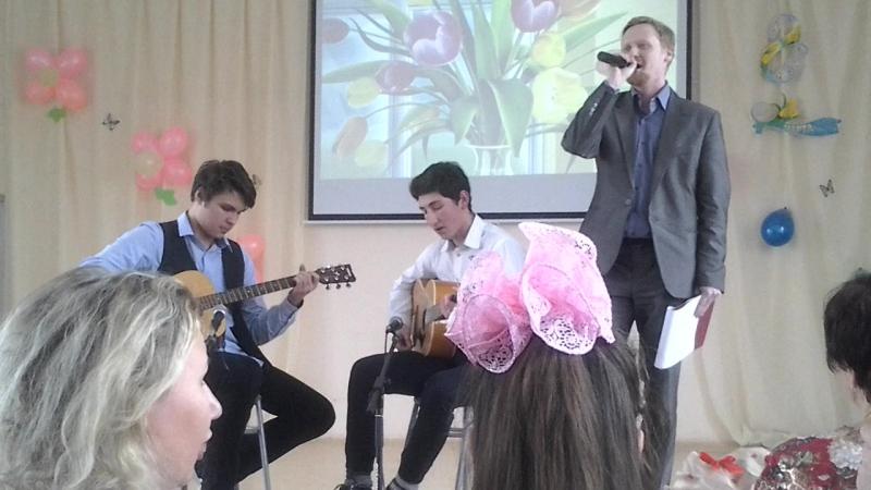 Охуенно играют на гитаре и учитель классно поёт))