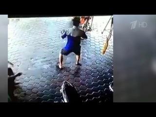 Впоследний миг сумел спасти двоих детей из-под колес автомобиля житель Индонез...