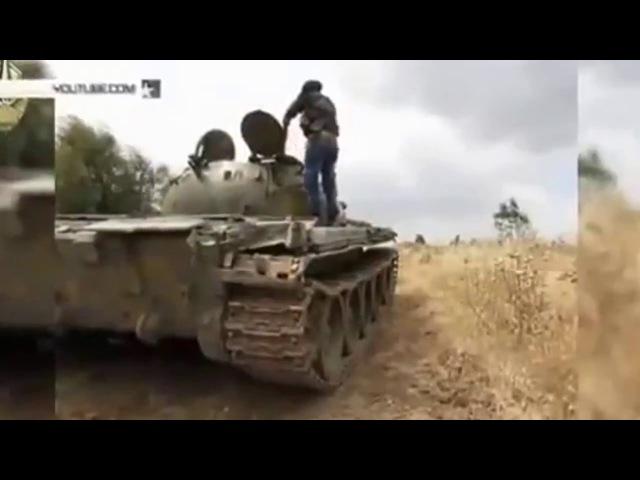 Попадание снаряда в башню танка