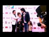 Филипп Киркоров с детьми: Аллой-Викторией и Мартином на красной дорожке премии Kinder Муз Awards-2016