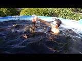 Американские видеоблогеры показали наполненный кока-колой бассейн