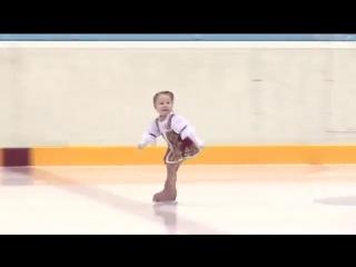 Ей всего 2,5 года! Самая маленькая фигуристка Казани (6 sec)