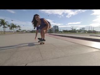 Юная бразильянка катается на пенни борде