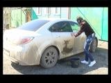 Девушка рисует грязью на автомобиле