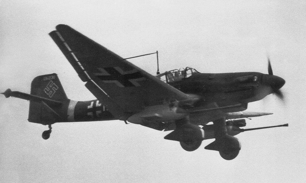 Противотанковый штурмовик Ju.87G-2 из 10-й противотанковой эскадрильи 2-й эскадры непосредственной поддержки войск «Иммельман» в полете. 1944 г.