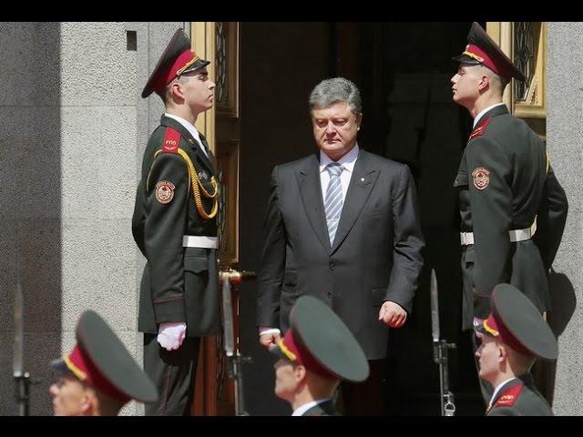 На инаугурации Петра Порошенко даже солдат упал в обморок