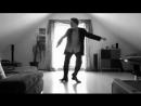 Посмотрите как лихо парень танцует