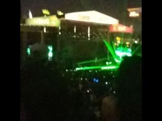 Imagine Dragons с песней «Radioactive» на музыкальном фестивале «KROQ Weenie Roast» | 20.05.17