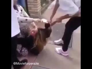 Злые бабы отрезали косы девушке.