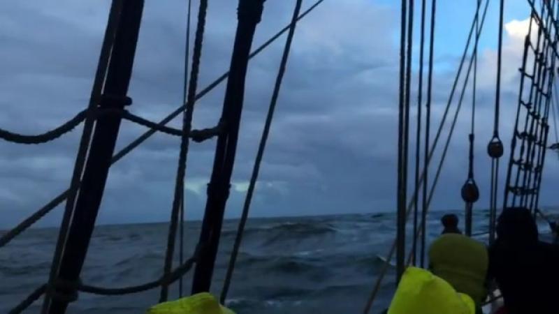 Выход Штандарта из Порту, высота волны 3,5-4 метра против течения