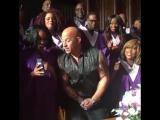 Наш человек))) Актёр Вин Дизель поёт в церкви гимн