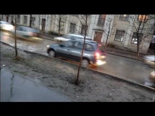 Большая яма на Максимова, скрытая лужей