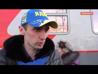 раздают жовто-блакитні кепки)))
