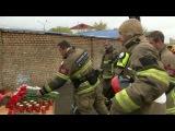 Пожарные возложили цветы наместе пожара вМоскве, где погибли ихвосемь товарищей.