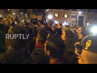 Италия: Активистов задержали за пределами резиденции Премьер-Министр, как Ренци отставка ткацких станков.