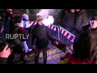Италия: Ракетницы и напряженность в борьбе с жесткой экономии протеста за пределами театра Ла Скала в Милане.
