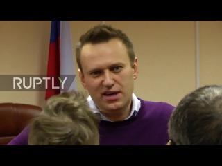 Россия: «Алексей вор» - Навальному преследованиям со стороны анти-Майдана активиста за пределами суда.