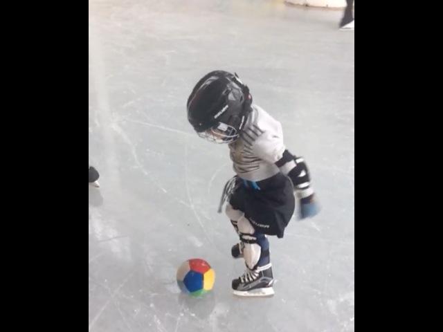 Играем с Даней (2,9 г.), в футбол на льду!
