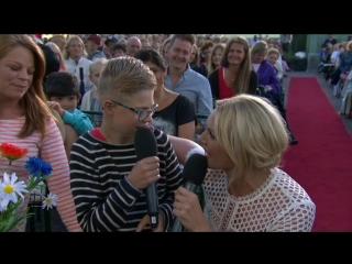 MinAllsång: Vilfred Landstedt, Sanna Nielsen and the audience–Det Börjar Verka Kärlek Banne Mej.(Allsång På Skansen)