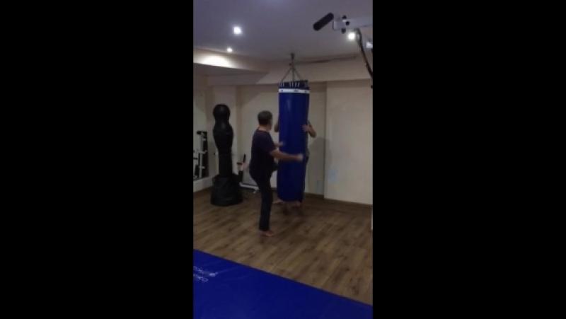 СК СТРЕЛА Тренер: Михаил Степанюк. Занятия по самообороне. Работа с грушей. Отработка и постановка удара ногой